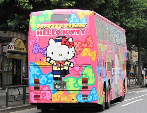 autobus hello kitty trasera  - El autobús turístico de Hello Kitty